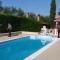 Andria, vive nella villa con piscina ma per lo Stato è indigente: sequestro da un milione di euro