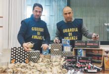Cento chilogrammi di botti vietati nascosti in un negozio di casalinghi in prossimità di piazza Paradiso