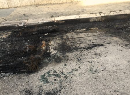 Un'auto in fiamme in via Bellini. E domani a chi toccherà?