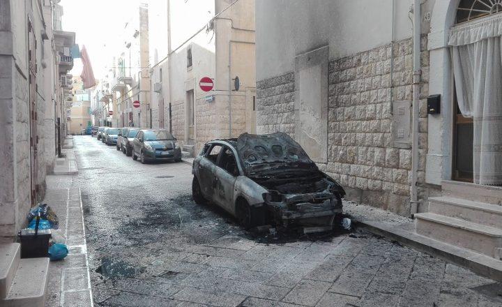 Fuoco nella notte in via Sant'Anna, un'altra auto distrutta dalle fiamme.