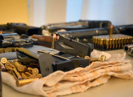 Bari, arrestati armiere dei clan e la figlia incensurata: in casa mitragliatrici e microcamere