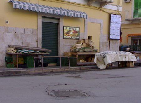 È reato l'esposizione delle cassette di frutta e verdura sul marciapiede senza autorizzazione amministrativa