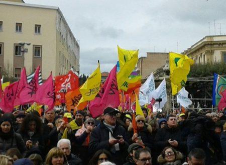 """""""No alla mafia"""", a Foggia la marcia di Libera con Don Ciotti: in 40mila sfidano la pioggia"""