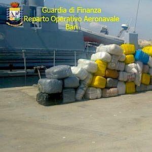 Brindisi, 2,5 tonnellate di marijuana sul gommone dall'Albania: 4 arresti