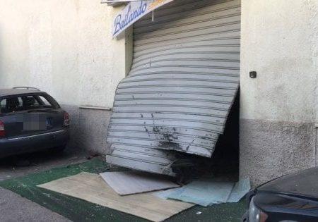 """Bomba distrugge l'ingresso di una scuola di danza. Il titolare: """"Mai subìto minacce"""""""