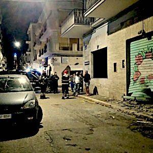 Manfredonia, una bomba esplode nella notte: danni a un negozio e alle auto in sosta