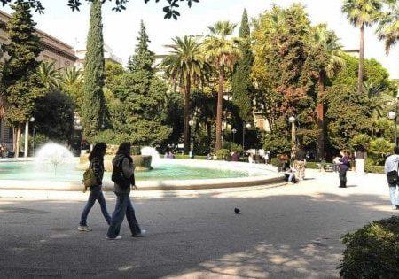 Bari, 13enne picchiata in piazza Umberto da due coetanei: denunciati