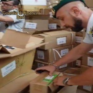 """Merce contraffatta, 1,7 milioni di articoli sequestrati: """"Da qui si rifornivano i rivenditori baresi"""""""