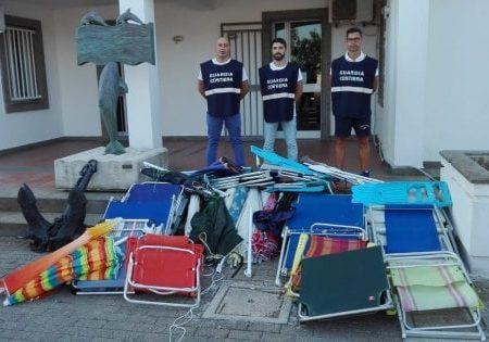 Spiagge occupate da lidi abusivi dal Gargano al Salento: sequestrati 400 ombrelloni