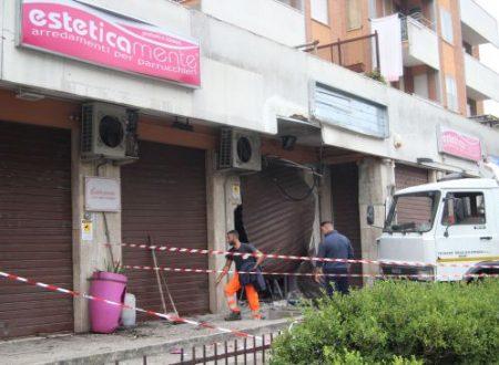Esplode bomba carta davanti a negozio, paura tra i residenti: «Come un terremoto»