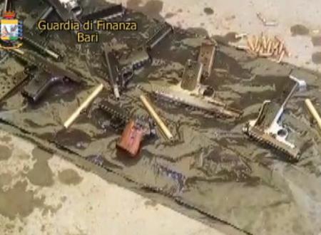 Bari, armi da guerra nascoste nel serbatoio dell'auto appena sbarcata: un arresto al porto