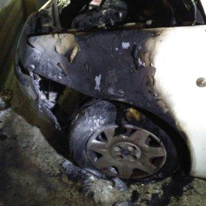"""Bisceglie, distrutta dalle fiamme l'auto di un assessore: """"Ma io non mi faccio intimidire"""""""