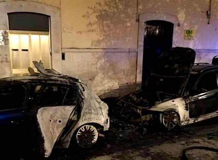 Ancora roghi nella notte, due auto in fiamme in Piazza Paradiso