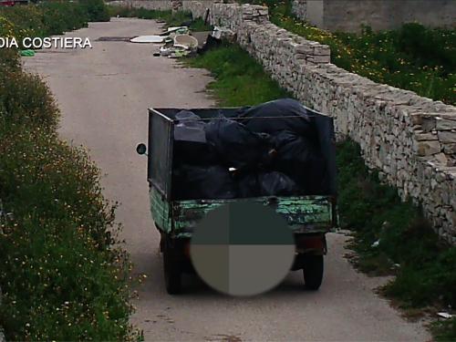 Una discarica abusiva di rifiuti scoperta dalla Guardia Costiera, tra Cala San Giacomo e Torre Calderina