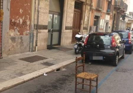 Bari, in centro occupano i parcheggi con le sedie: 173 euro di multa