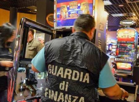 Le slot nelle mani della Scu: la Finanza sequestra beni per 12 milioni di euro