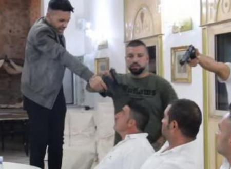 De Martino, il neomelodico che canta «la mala» sceglie il San Paolo di Bari per il nuovo video: polemiche