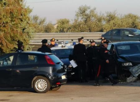 Inseguiti tra Bitonto e Giovinazzo, speronano i Carabinieri ma si schiantano: abbandona complice ferita e scappa