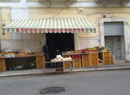 """In via Bari se c'è """"il gigolò della frutta"""" non puoi passare sul marciapiede"""