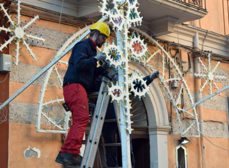 Bari, la festa del clan al Libertà come rito religioso: dopo la denuncia del sindaco rimosse le luminarie