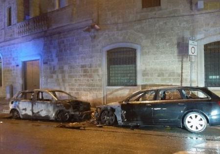 Gioia del Colle, rogo distrugge due auto della caserma dei carabinieri: è il secondo caso nel Barese