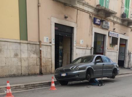 E' allarme sicurezza, stanotte tagliati gli pneumatici di 15 auto.
