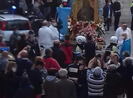 Barletta, tutti in piazza per la processione della Madonna. Assembramento «protetto» dai vigili.