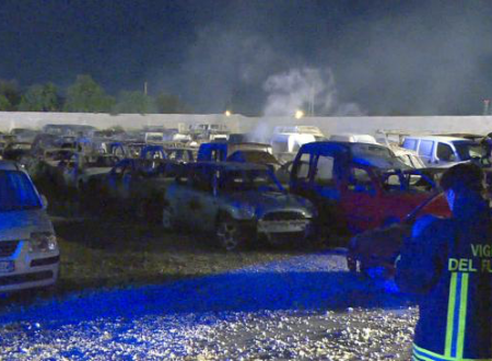 Bari, le fiamme divorano 100 auto parcheggiate nel deposito giudiziario