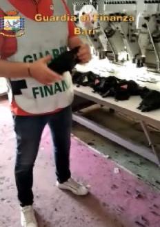 Molfetta, GdF scopre laboratorio abiti contraffatti, anche mascherine false di Gucci