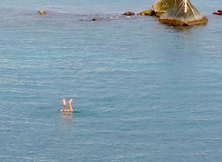 """Ore 12.00, attività fisica a """"mare aperto"""" con assembramento a riva, senza mascherina"""