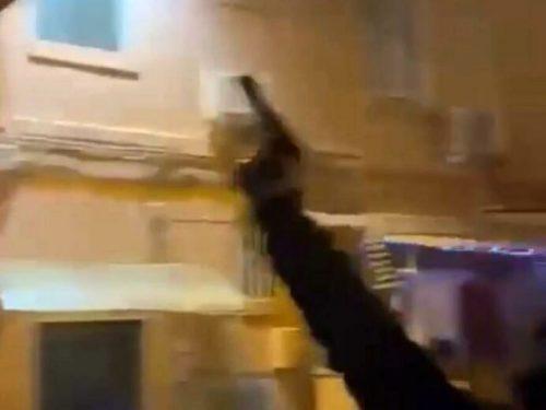 """Impugna un'arma e augura """"Buon anno a tutta la malavita di Foggia"""": spari in strada a Capodanno"""