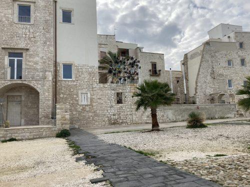 """La """"Casa del Mar"""" prende il largo. Dopo le numerose segnalazioni, rimossa da Cala Sant'Andrea"""