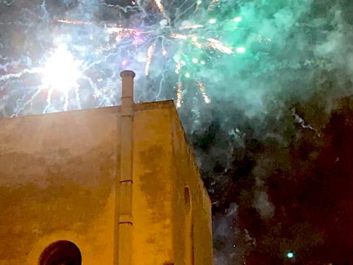A Molfetta gli irriducibili dei fuochi d'artificio sfidano i divieti e la pandemia