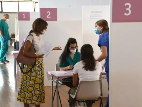 """Vaccini a parenti e amici, in Puglia 8mila """"anomalie"""" nelle liste"""