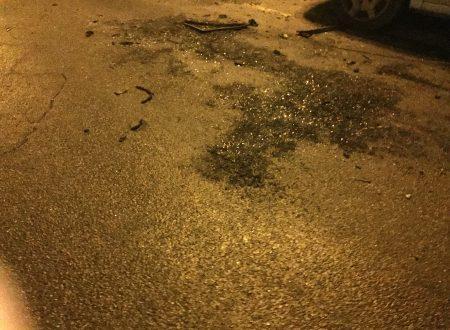 Dopo tre giorni dall'incendio in via Paniscotti, i resti della combustione sono ancora sull'asfalto
